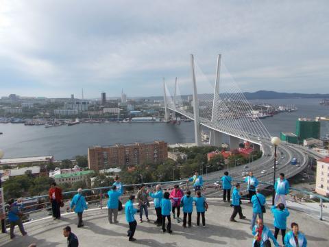 Китайские туристы на смотровой площадке во Владивостоке
