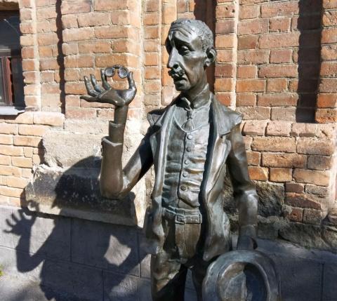Киса Воробьянинов из «12 стульев» на улице Белинского