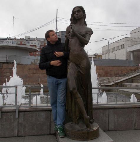 Скульптура олицетворяет реку Базаиху