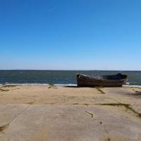 Балтийская коса: лодка на берегу Калининградского залива