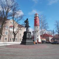 Петр I на фоне Балтийского маяка