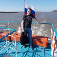 На фоне Хабаровского моста