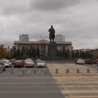 Мужчина в кепке на площади Революции