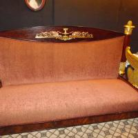 Шикарный диван из квартиры Есенина и Дункан