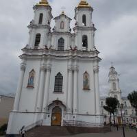 Воскресенская церковь, позади справа - ратуша