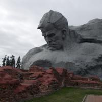 """Монумент """"Мужество"""" на фоне руин Инженерного управления"""