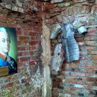 Фрагмент доспехов к месту, а портрет, по-моему, нет