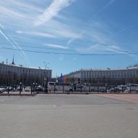 Привокзальная площадь (улица Мира аккурат между двумя домиками)