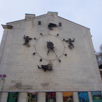 """Настенные часы у театра кукол """"Шут"""" (по ним легко определить, во сколько сделана фотография)"""
