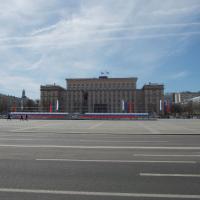 Площадь Ленина готовится к первомайскому торжеству (позади здание правительства)