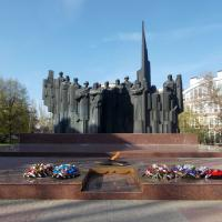 Памятник на площади Победы: двенадцать фигур, представляющих солдат всех родов войск Советской Армии