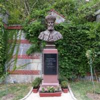 Бюст Александру III неподалёку от дворца
