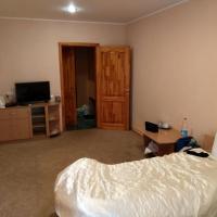 В номере: позади ещё одна полуторная кровать, справа за дверью холодильник, шкаф и санузел