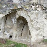 За каменной стенкой скрывается современная икона