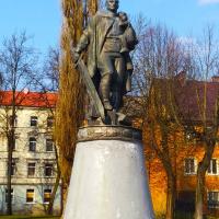 Памятник воину-освободителю отечественного производства (на пересечении улиц Победы и Гончарова)