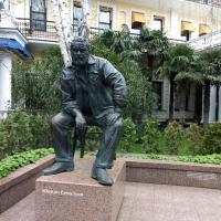 В руке у Юлиана Семёнова не пистолет; записная книжка, а сзади ножка стула
